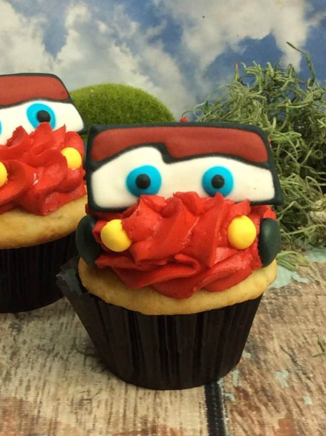 ready to eat lightning mcqueen cupcakes