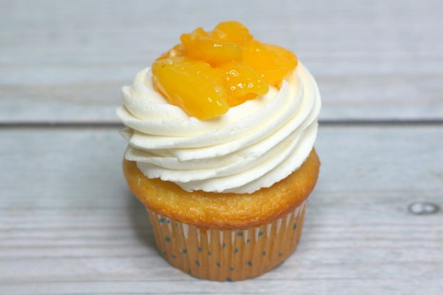 peach cobbler cupcakes topped with peach pie filling