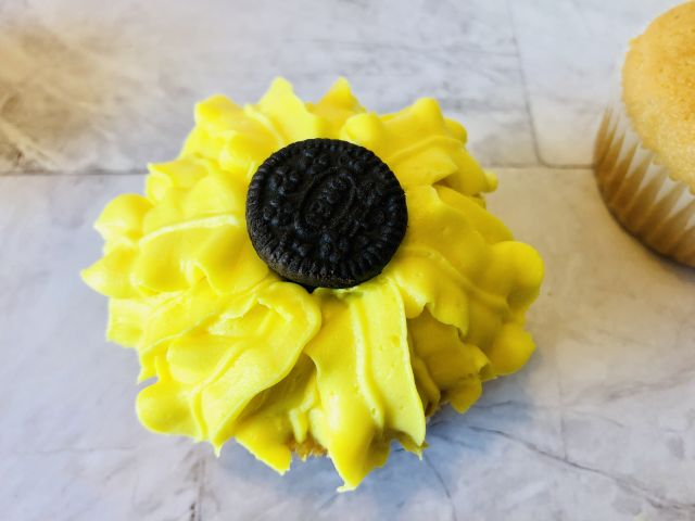 Sunflower Cupcakes ready to eat